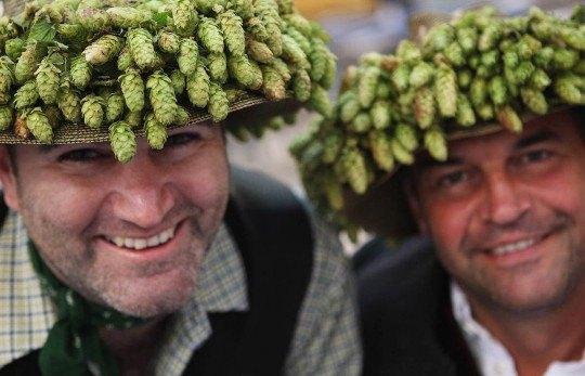 Молодые люди в венках из хмеля веселятся на открытии фестиваля «Октоберфест»