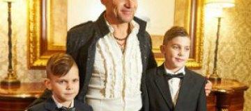 Сыновья Олега Скрипки пели и танцевали на детском балу
