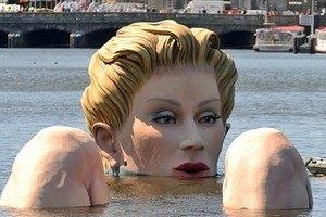 В центре Гамбурга купается 30-метровая блондинка