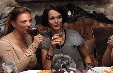Слава на сносях невозмутимо попивала шампанское с Семенович