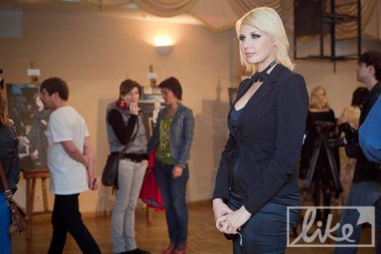 Посмотреть на фотоработы зашла телеведущая Светлана Вольнова