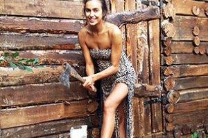 Ирина Шейк в леопардовом платье наколола дров для бабушки