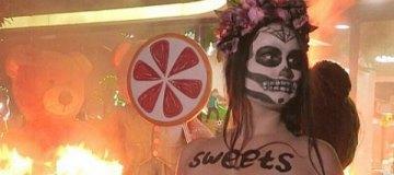 Активистка Femen устроила сожжение медведей возле магазина Roshen