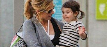 Сара Мишель Геллар с дочерью на пляже