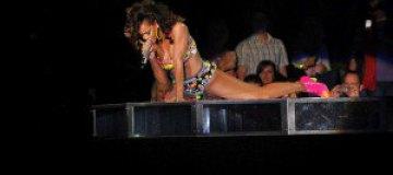 Рианна показала прелести со сцены