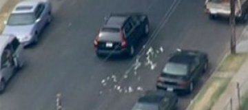 Грабители банка поделились добычей с жителями Лос-Анджелеса