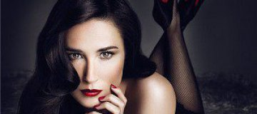 Деми Мур обнажилась для рекламы косметики