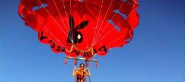 Сати Казанова полетала на парашюте