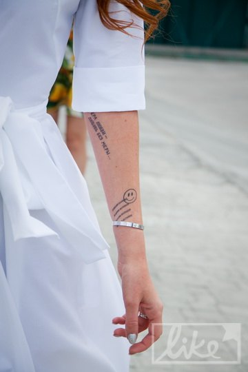 Руки Славы были исписаны забавными рисунками и романтичными фразами
