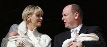 Принц Монако публично представил новорожденных близнецов