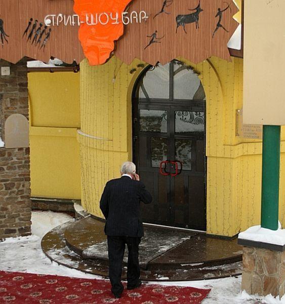 Александр Лукьянченко собрал всех в местном стриптиз-баре