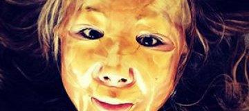 Анита Цой делает маску из золота для борьбы с морщинами