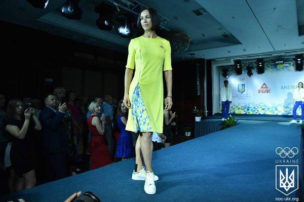 Платье оригинального дизайна от Андре Тана...