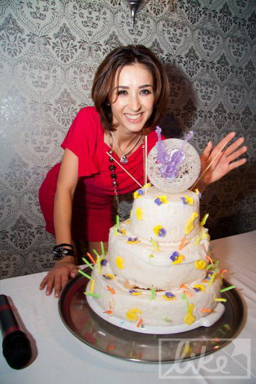 Именинница затушила свечи на торте и загадала желание