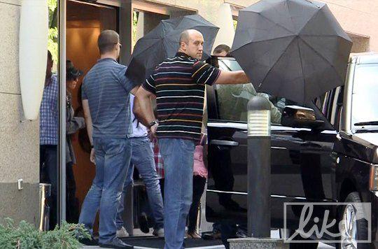 Мадонна покидает гостиницу в центре Киева