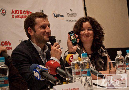 Резо Гигинеишвили демонстрирует телефоном, на который звонит Надежда