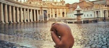Скандальную модель задержали в Ватикане за эротическую фотосессию