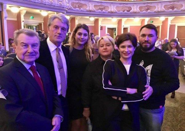 Виктор Ющенко с дочкой в компании своего пресс-секретаря Ирины Ваниковой (справа) и нардепа-радикала Андрея Лозового