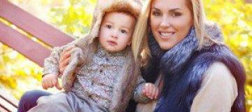 Яна Клочкова прогулялась с сыном в Мариинском парке