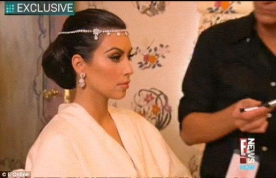 Ким накладывают свадебный макияж