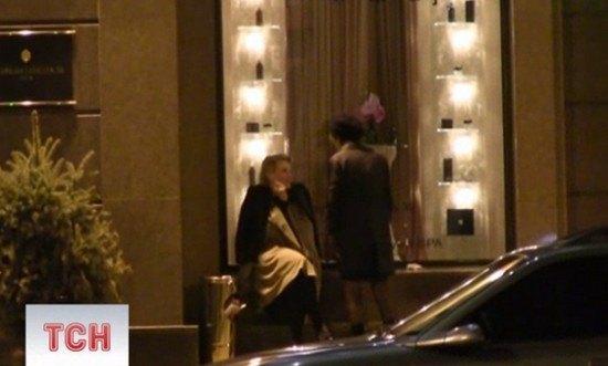 Земфира и Рената Литвинова курили под гостиницей