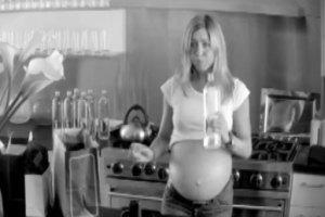 Дженнифер Энистон показала беременный живот