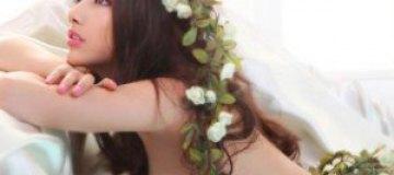 Обнаженная китайская красотка украсила себя цветами