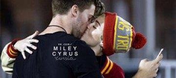 Майли Сайрус застукали за поцелуями с сыном Шварценеггера
