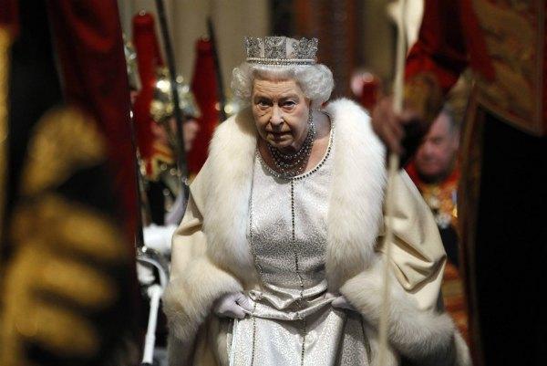 Королева в полном облачении в Палате лордов в 2012 году