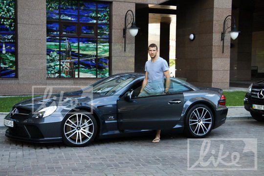 Андрей Шевченко возле нового автомобиля Mercedes