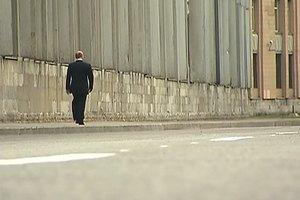 Путин простился с учителем и прошелся по улице в одиночестве