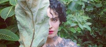 Даша Астафьева в сексуальном боди с бабочками снялась в окружении зелени