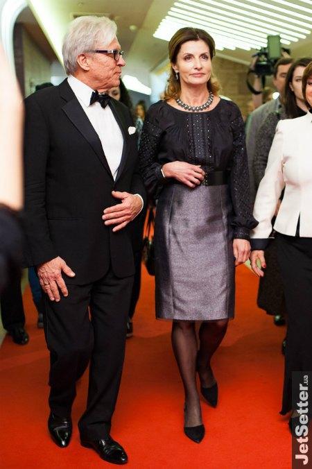 Супруга президента Марина Порошенко выбрала для премьеры гламурный вариант наряда в традиционном украинском стиле