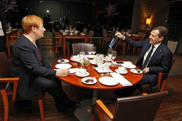 Дмитрий Медведев демонстрирует на встрече с Тарьей Халонен фотографию кота