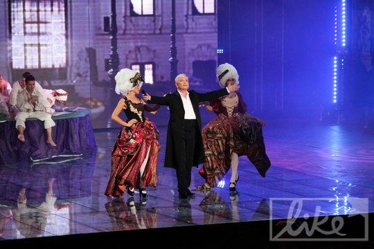 Борис Моисеев в окружении молодых фрейлин