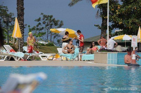 Елка возле бассейна в Турции