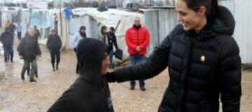 Анджелину Джоли чуть не затоптали в лагере беженцев