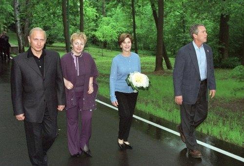 Владимир Путин с женой Людмилой и президентом США Джорджем Бушом-младшим с женой Лаурой на прогулке в Подмосковная резиденции в Ново-Огарево в мае 2002 года