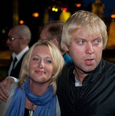 У самого Светлакова есть трехлетняя дочь Настя и жена Юлия, с которой они живут в браке уже 11 лет