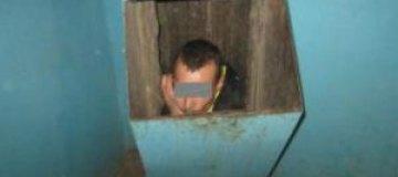 В Тюмени мужчина сбежал от подруги через мусоропровод