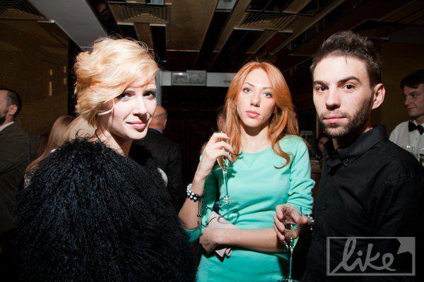 Певица Даша Медовая (слева)