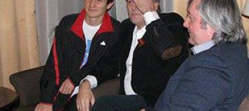 Ющенко отведал в Карпатах жареных колбасок