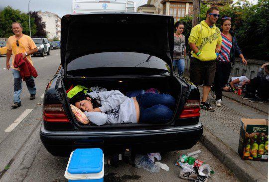 Испания. Женщина спит перед гонкой на каноэ
