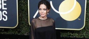 В сети обсуждают неудобный момент с Дакотой Джонсон, Анжелиной Джоли и Дженнифер Анистон