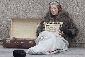 Королева Великобритании просит милостыню на улице