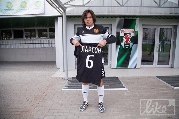 Перед самой игрой Борисюк и остальные сняли черные футболки, но оставили траурные ленты на руках