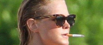 Эрин Хитертон покурила в ярком купальнике
