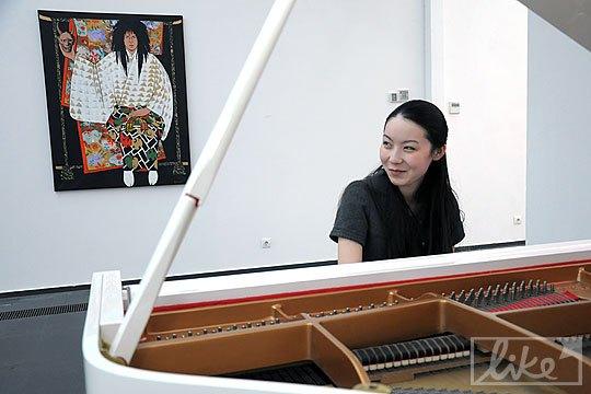 На выставку специально приехала пианистка Канон Мацуда