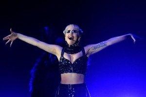 Гага выложила видео безумных танцев с мамой