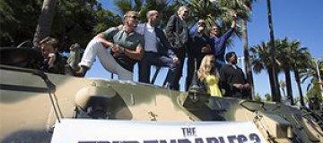 Сталлоне, Гибсон и Стэтхем приехали на Каннский фестиваль на БТР